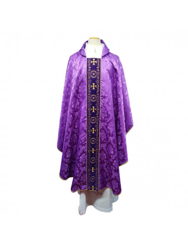 Chasuble made in damask fabric. Exclusive article of Santarrufina